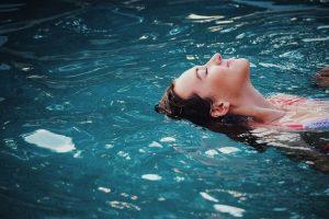 נרגעת בבריכה