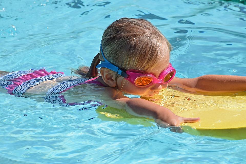 ילדה שוחה בטיפול מים
