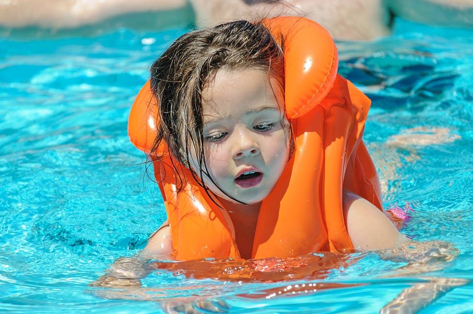 ילדה שוחה במים